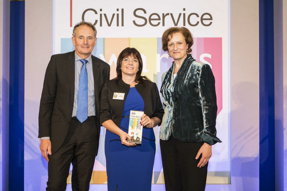 Una O'Brien with Bernie Rooney, Director of the Child Maintenance Service and the winner of the Leadership Award