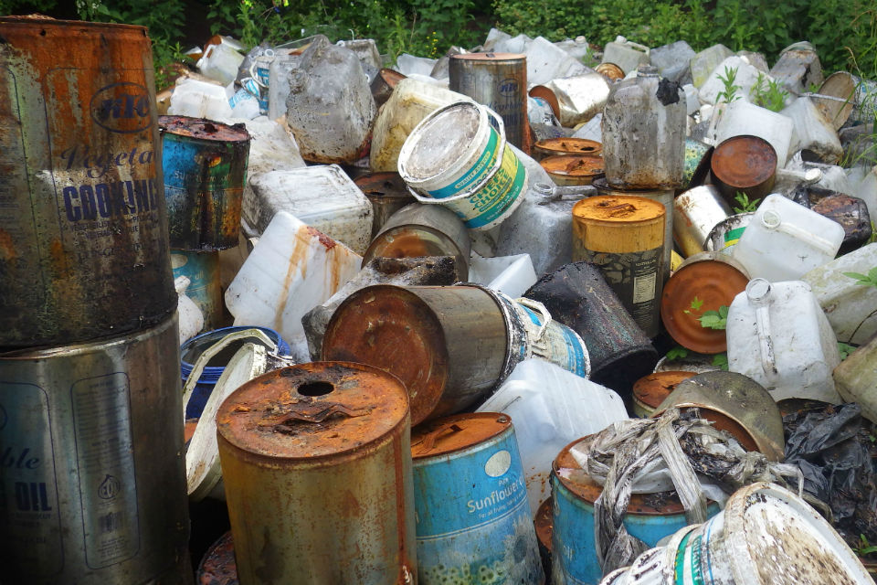 Mass of empty oil cans and plastic containers